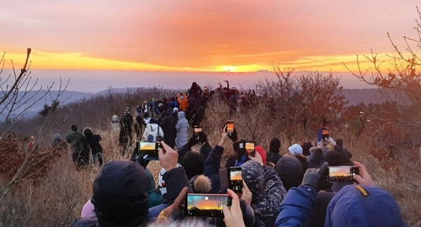 The peak on Tohamsan Mountain in Gyeongju, Gyeongsangbuk-do Province, attracts visitors for its sunset view.