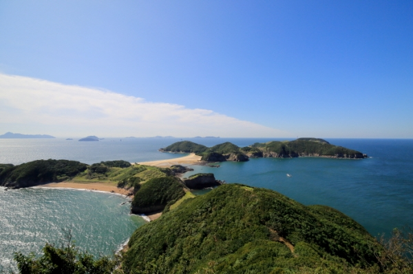 The Korea Tourism Organization selected 100 non-contact vacation sites where visitors can enjoy nature without encountering crowds. The photo is of Guleopdo Island in Incheon. (Korea Tourism Organization)